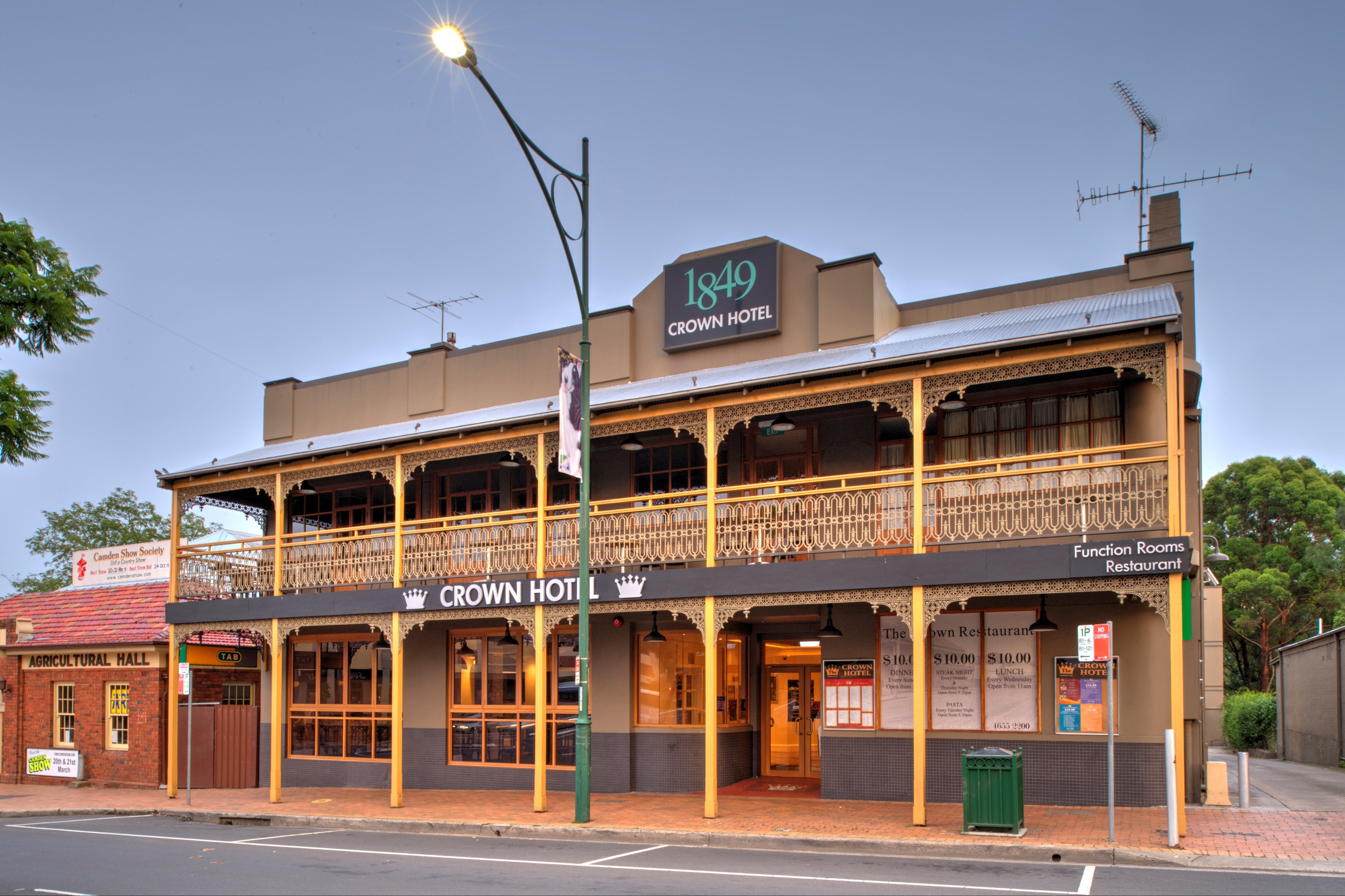 The Crown Hotel Motel - Tourism Caloundra